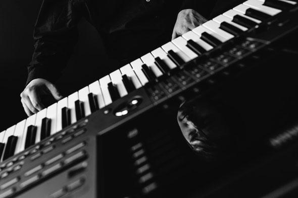 Pianist, Klavierspieler, Keyboarder und Sänger Biberach