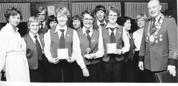 1979 - (v.l.n.r.) Gudula Greferath, Steffie Stückmann (Herbst), Klaus Steinfeld, Doris Kapahnke, Irmhild Thiel, Ursula Gerhardt, Ruth Simaitis, Brigitte Steinfeld, Helga Baumert, Helga Wüstkamp, Regina Ueing, Dr. Wolfgang Greferath