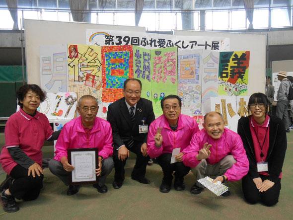 作品の前で小松市長と記念撮影