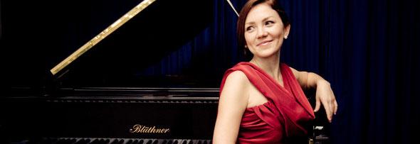 Pianistin, Solistin und Kammermusikerin Anastasiya Zheludkova setzt Ihren festlichen Anlass gekonnt, geschmackvoll und mit Gefühl künstlerisch in Szene.