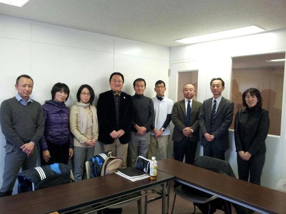 札幌国際大学にて林先生、今野社長を囲み集合写真