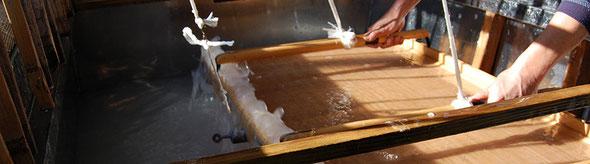 西の内紙を漉く伝統の技