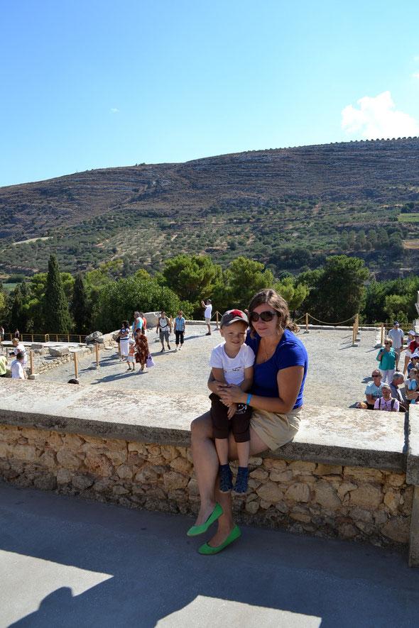 Мы с сыном на фоне территории Кносского дворца