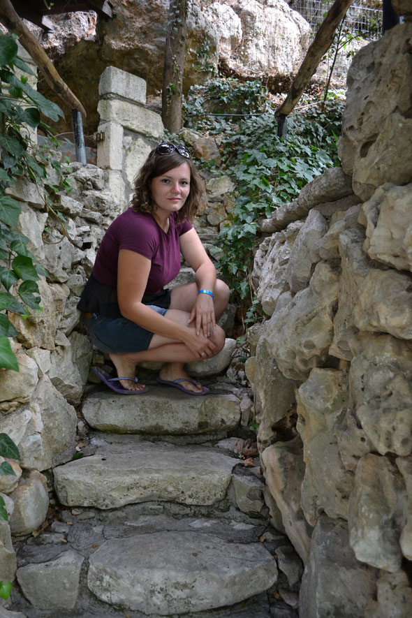 В деревеньке Агрируполи, дорожка к водопадикам