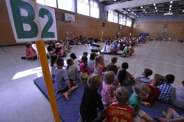 Alle Klassen in der Sporthalle der Grundschule im Taunusviertel