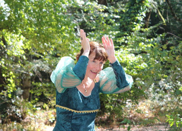 Illaya dans sa robe de conteuse chanteuse, en forêt de la Sainte Baume