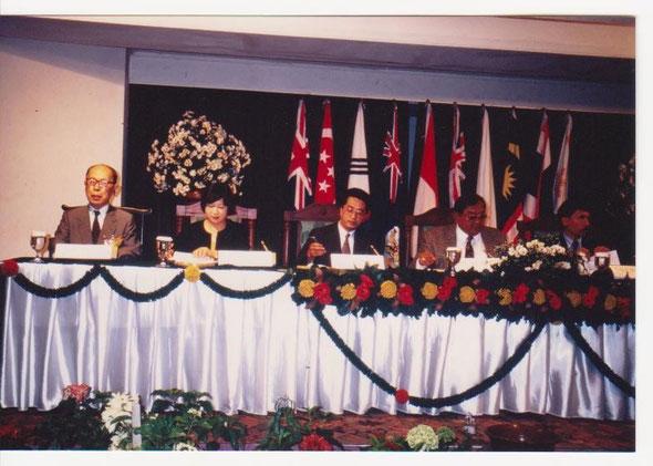 写真1 IFLA東地区大会での発表(1993年、バリ) *左から2人目、筆者