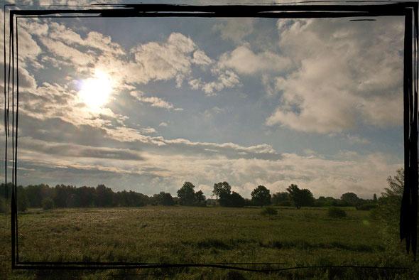 In der Nacht und auch noch kurz vorher hat es heftig geregnet, und als dann der Himmel aufreißt, glänzen die feuchten Wiesen im Sonnenlicht.