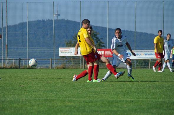 Manuel Schäfer im Kampf um den Ball