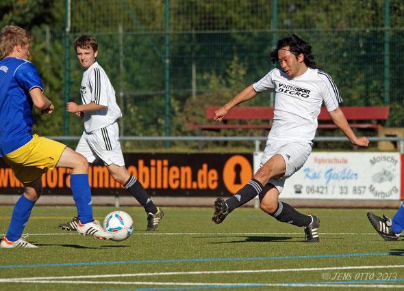 """""""Mittelfeldmotor"""" Chan Ho Kahng im Kampf um den Ball"""