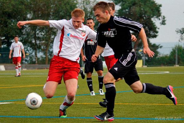 ... kam für Daniel Marczoch in der zweiten Halbzeit- Julian Kraus im Zweikampf um den Ball