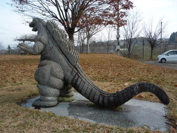 子育てセンター入口にある公園のゴジラも天気が良くてうれしそう!