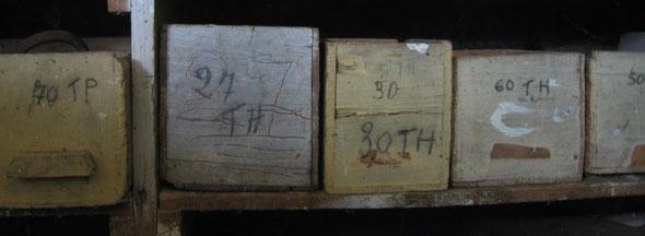 Boîtes à clous dans l'atelier du menuisier