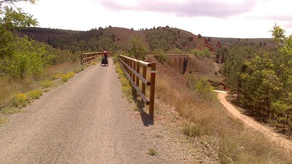 Llegada a la vía verde desde la pista de tierra que sale desde Dinópolis.