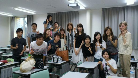 関西大学にてTOEFL講座の受講生たちと:難しい試験対策でも表情が生き生きとしています☆