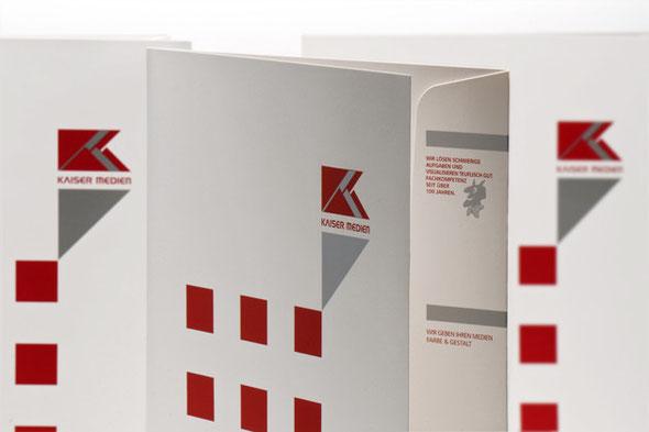 Hier sehen Sie eine Collage von stehenden Angebotsmappen der Firma Kaiser Medien GmbH.