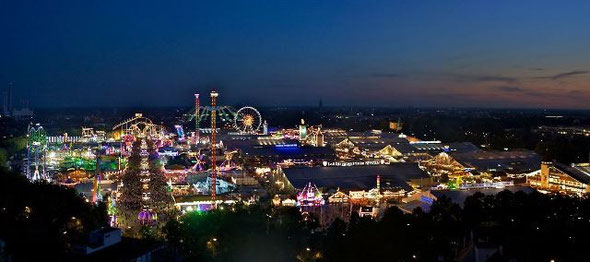 夜のオクトーバーフェスト全体図。©F. Mueller, München Tourismus