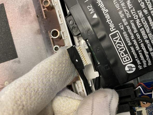 静電気防止手袋をしてバッテリーコネクタを外します。慎重に作業しましょう。