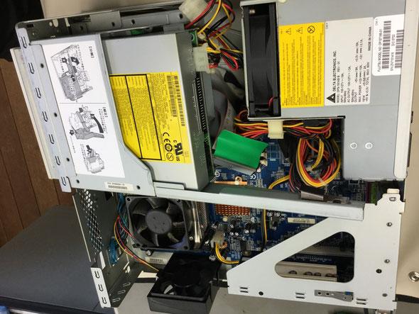 富士通社製デスクトップの内部。壊れても使い回しできる部品は多いが、壊れたハードディスクからデータを呼び出すのは難しい。