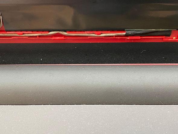 配線は上手く収まるようにガイドに沿って格納されています。