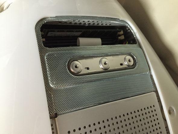 カバーを外すとメモリが見えてきました。2スロット中1枚がインストールされています。