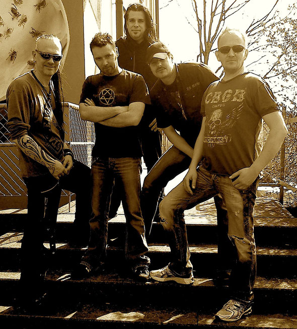 Many Maurer (Git), Danny Zimmermann (Drums), Tom Höpfner (Bass), Hef Häfliger (Git), Andy Portmann (Vocals)