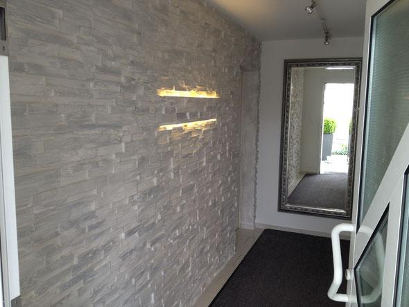 "Steinwand mit eingesetzter LED Lampe ""Alinghi""."
