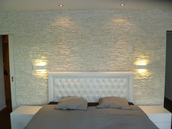 Helle, leicht marmorierte Steinwand.