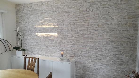 Steinwand mit dimmbarem integriertem LED Licht.