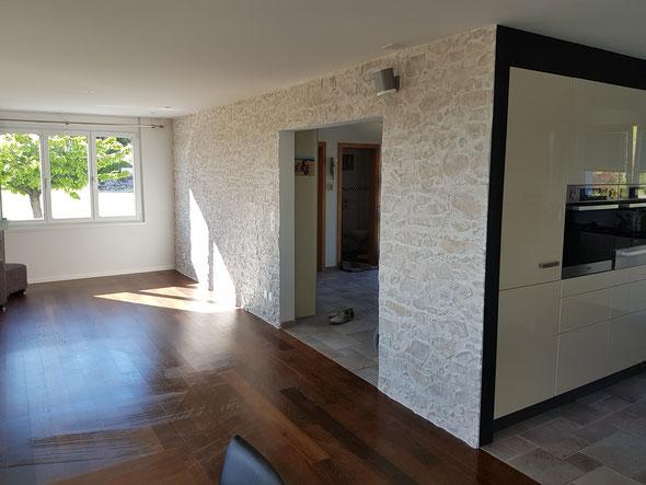 Steinwand als Kontrast in neuem Einfamilienhaus.