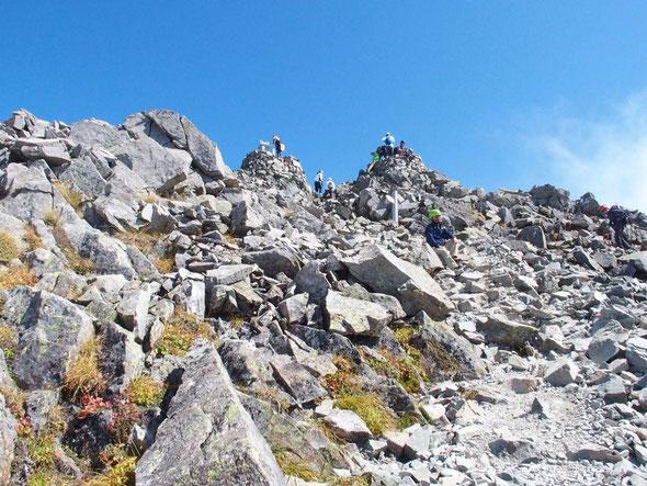 山頂を直前にして一服・・・いやいや、心を落ち着かせて・・・