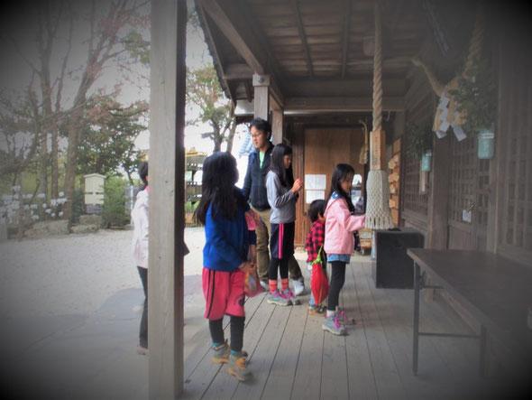山頂の神社にみんなでお参りした。
