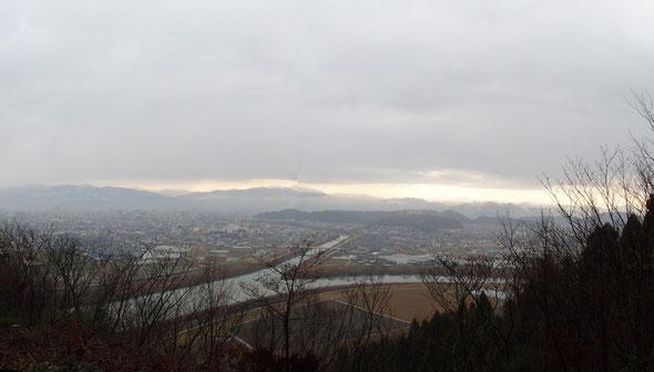 東の空が若干明るくなってきた。                      日野川と足羽川を眼下にその先に広がる福井市街の展望はこの山の自慢です。