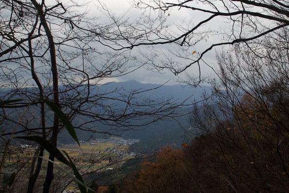 越前三嶽とも最近では一乗屏風連山とも言うらしい・・・白椿山・一乗山・殿上山です。               落葉したこの時期でないとうまく全容が見えません。この頃は木々が成長し見づらいです。