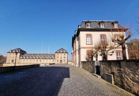 Das Schloss Windhof in Weilburg: Vor dem Herrschaftshaus erkennt man Kopfsteinpflaster, das manchmal Pfützen mit interessanten Spiegelungen hat – Foto: ©Christian Radkovsky