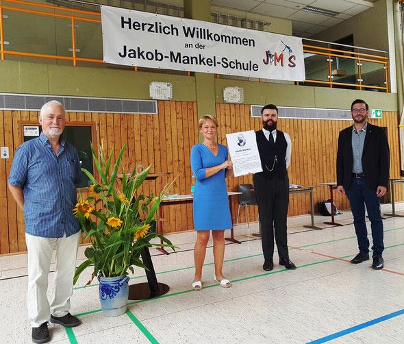 Schulleiterin Susanne Kurz präsentiert die Mankel-Gedenktafel, rechts neben ihr Boris Juric als Jakob Mankel und rechts der Zweite Stadtrat Christian Radkovsky, links Walter Lehrl, Vorsitzender des Fördervereins