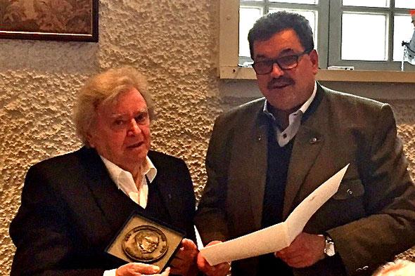 Der damalige Bürgermeister Hans-Peter Schick verlieh 2017 Manfred Horz in der Versammlung des Geschichtsvereins die Johannes-Meyer-Plakette. (Foto: Christian Radkovsky))