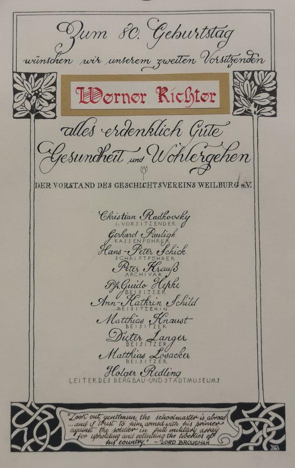Mit dieser Kalligraphie aus der Feder von Boris Jurić gratuliert der Geschichtsverein seinem zweiten Vorsitzenden Werner Richter.
