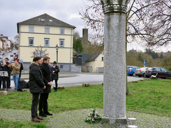 Bürgermeister Dr. Johannes Hanisch und der Vorsitzende des Geschichtsvereins Weilburg Matthias Losacker ehren König Konrad I. am 1100. Todestag mit einem Blumengebinde. (Foto: Andreas Tiefensee)