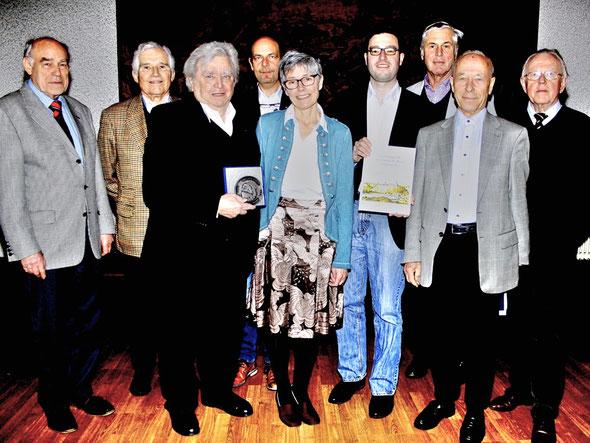Volker Vömel –  auf eigenen Wunsch aus dem Vorstand geschieden – und Ehrenvorsitzender Gisbert Backhaus gratulierten Manfred Horz, Matthias Losacker, Frances Wharton, Christian Radkovsky, Peter Kraus, Gerhard Pauligk und Werner Richter (v.l.; Foto:Horz)