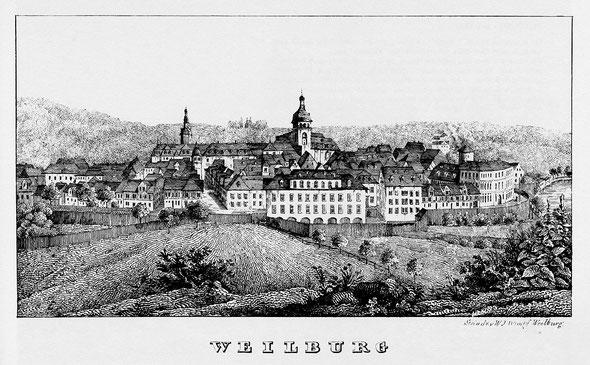 """In der Aula des Komödienbaus feiert der Geschichtsverein Weilburg sein Jubiläum. """"Nordansicht Weilburgs vom """"Kanapee"""" aus, um 1830"""", in: Historische Ortsansichten <https://www.lagis-hessen.de/de/subjects/idrec/sn/oa/id/3345>"""