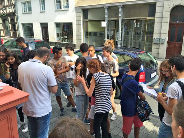 Jugendliche aus Quattro Castella starten zur Schatzsuche durch Weilburg (Foto: Hoin-Radkovsky)