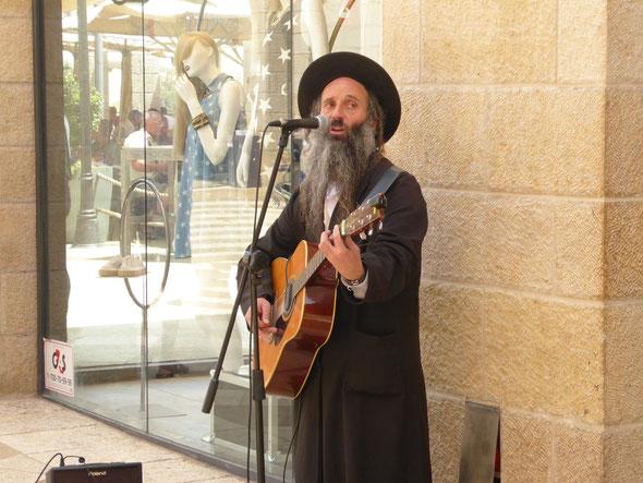 Reiseimpression von Joachim Warlies:  Ein orthodoxer Jude als Bänkelsänger in der Jerusalemer Fußgängerzone. (Foto: Warließ)