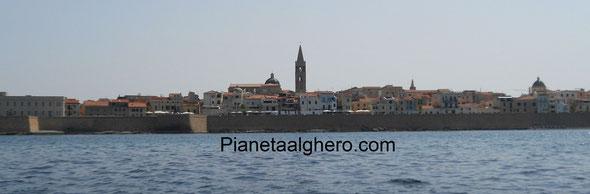 Vista dalla barca della città di Alghero