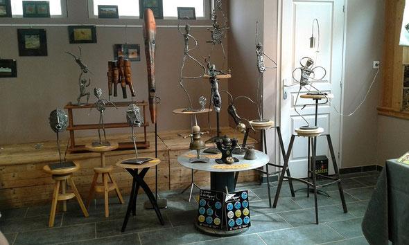 Dans la salle, les sculptures de Jean-Luc Valot