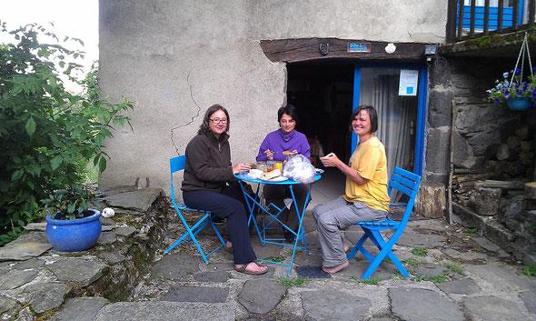 Petit déjeuner en terrasse, elle est pas belle la vie?
