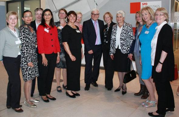 Ladies'Day 2013 - Gruppenfoto mit dem Fraktionsvorsitzenden Frank-Walter Steinmeier