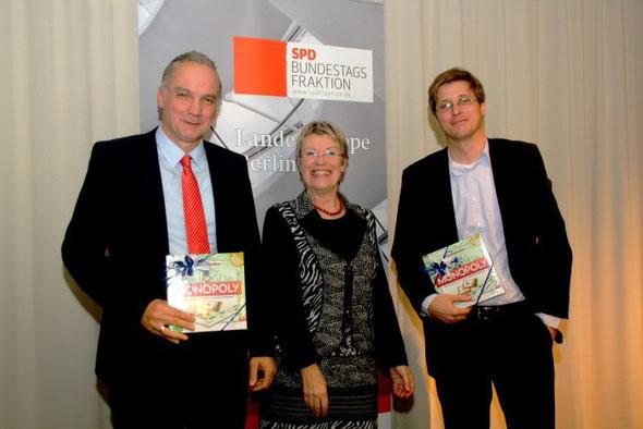 Petra Merkel bei einer Bundestagsfraktion vor Ort-Veranstaltung 2011 zum Thema Finanzen mit den Referenten Dr. Dierk Hirschel (li) und Prof. Moritz Schularick (re.)