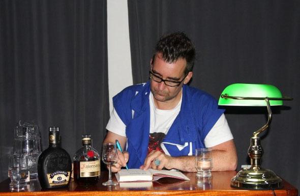 Michael Stavarič beim signieren