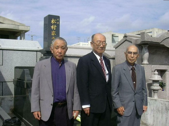 左:成徳会 三谷和也 中央:故中村先生 右:故金城裕先生 首里手創始者 松村家の墓前にて
